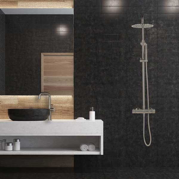 RVS regendouche in zwarte badkamer